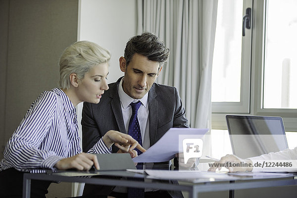 Mann und Frau begutachtend Dokument