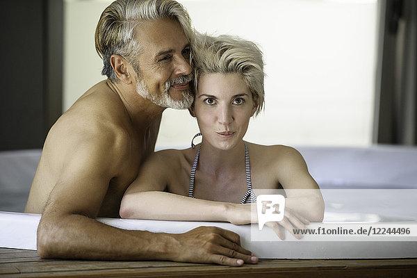 Paar im Spa einweichend