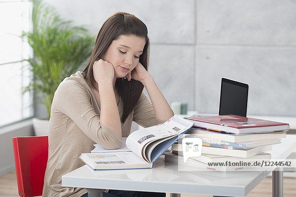 Junge Frau beim Lernen