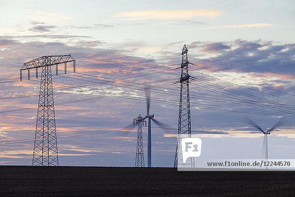 Windkraftanlagen und Überlandleitungen