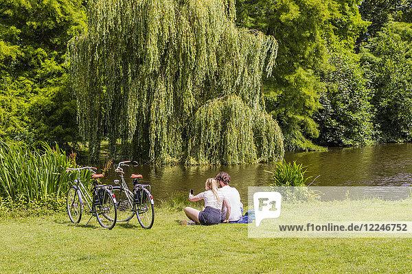 Couple sitting in Vondelpark  Amsterdam  Netherlands  Europe
