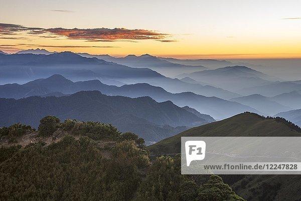 Die höchste befahrbare Straße Taiwans vor den Bergketten des Hehuanshan Gebirge  Nantou  Taiwan  China  Asien