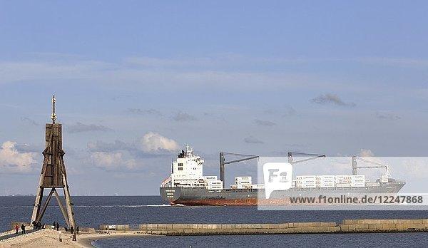 Kugelbake mit Frachter auf der Elbe  Mündung der Elbe in die Nordsee  Wahrzeichen der Stadt Cuxhaven  Niedersachsen  Deutschland  Europa