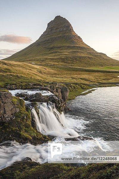 Sonnenaufgang am Berg Kirkjufell mit Wasserfall Kirkjufellfoss  Grundafjördur  Westisland  Island  Europa