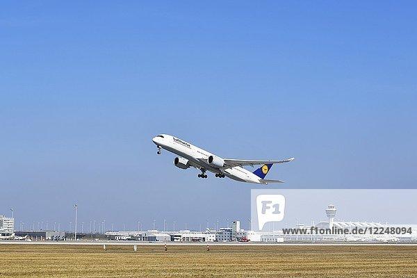 Start  Abflug  Lufthansa Airbus A350-900  Startbahn Süd  Flughafen München  Oberbayern  Deutschland  Europa
