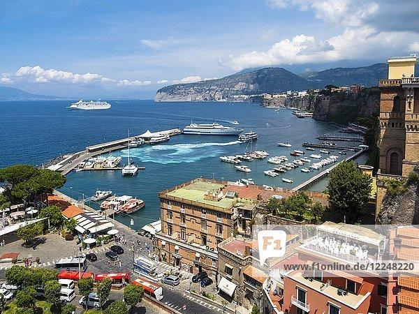 Urlaubsort Bleu Village und Hafen Marina Piccola  Sorrent  Halbinsel von Sorrent  Amalfiküste  Italien  Europa