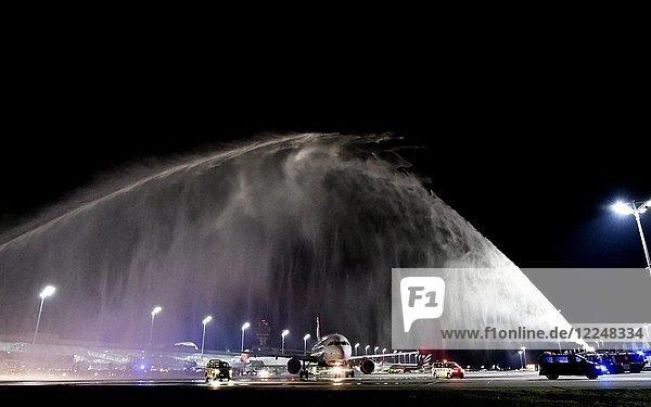 Letzter Air Berlin Flug  von München nach Berlin  Verabschiedung durch Wassertaufe  Air Berlin  Airbus  A320  Terminal 1  Flughafen München  Oberbayern  Deutschland  Europa