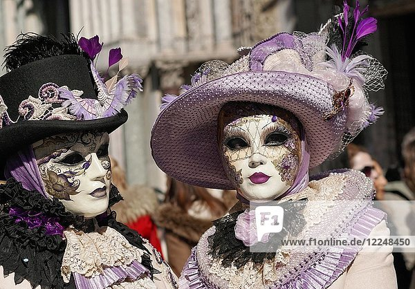 Zwei kostümierte Menschen mit Masken  Karneval in Venedig  Venetien  Italien  Europa