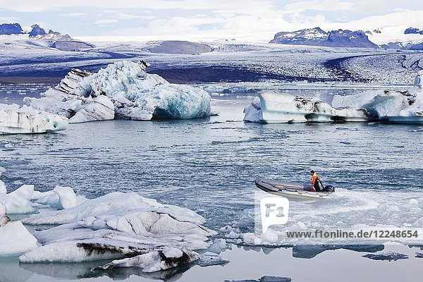 Motorboot in Gletscherlagune Jökulsárlón  hinten Gletscherzunge des Vatnajökull-Gletscher  Vatnajökull-Nationalpark  Hornarfjoerdur  Ostisland  Island  Europa