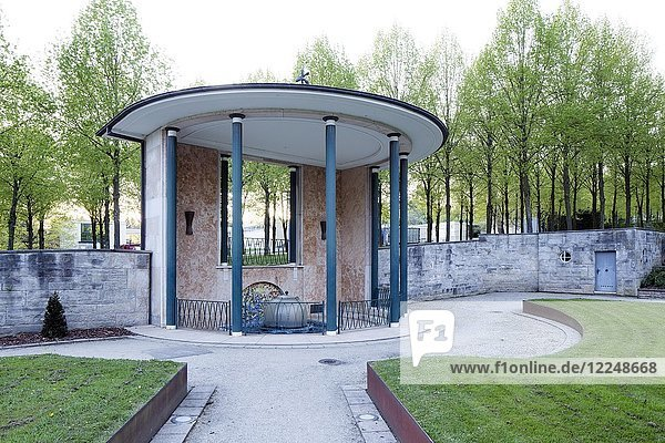 Helenenquelle im Kurpark  Bad Pyrmont  Niedersachsen  Deutschland  Europa