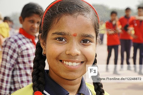Indische Schülerin beim Besuch des Humayun Mausoleum  Portrait  Delhi  Rajasthan  Indien  Asien