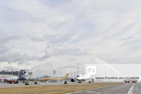 Wassertaufe  Erstflug  Lufthansa Airbus A 350-900  Flughafen München  Oberbayern  Deutschland  Europa