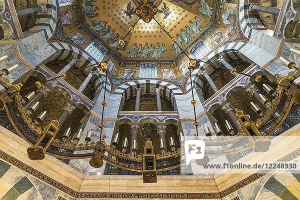 Kuppel  Oktogon mit Deckenmosaik im Aachener Dom  Aachen  Nordrhein-Westfalen  Deutschland  Europa