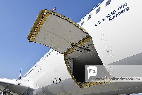 Ladeklappe  Gepäck  Fracht  Lufthansa Airbus A350-900  Flughafen München  Oberbayern  Deutschland  Europa