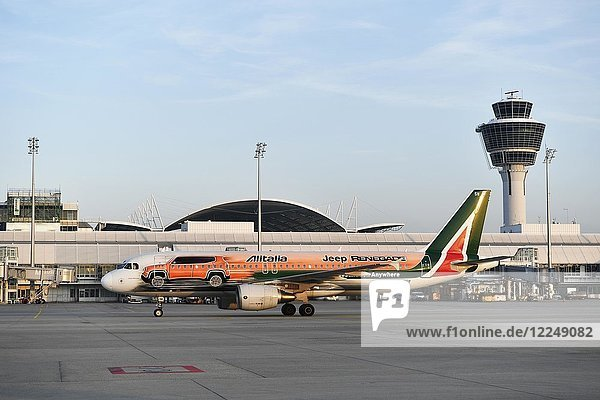 Alitalia  Airbus  A320  Sonderausführung Jeep Renegade  mit Tower vor Terminal 1  Flughafen München  Oberbayern  Deutschland  Europa