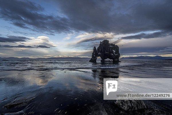 Wolkenstimmung mit Reflektion am Hvítserkur  Basaltfelsen  Halbinsel Vatnsnes  Norðurland vestra  Nordwest-Island  Island  Europa