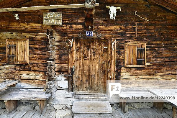 Log cabin of the shepherd  Ladiz alp  Karwendel natural preserve  Tyrol  Austria  Europe