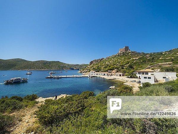 Blick auf den Hafen und die Burg von Cabrera  Colònia de Sant Jordi  Parque Nacional de Cabrera  Cabrera-Nationalpark  Cabrera-Archipel  Mallorca  Balearen  Spanien  Europa