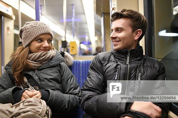 Junges Paar  verliebt  sitzt in S-Bahn  Stuttgart  Baden-Württemberg  Deutschland  Europa