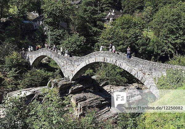 Alte Römerbrücke Ponte dei Salti über Verzasca  Lavertezzo  Verzascatal  Valle Verzasca  Kanton Tessin  Schweiz  Europa