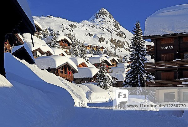 Dorfstrasse mit verschneiten Chalets  dahinter Bettmerhorn 2872m  Bettmeralp  Aletschgebiet  Oberwallis  Wallis  Schweiz  Europa