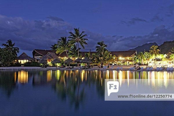 Hotelanlage am Abend  Luxushotel  Interconti Resort  Moorea  Gesellschaftsinseln  Inseln unter dem Winde  Pazifik  Französisch-Polynesien  Ozeanien