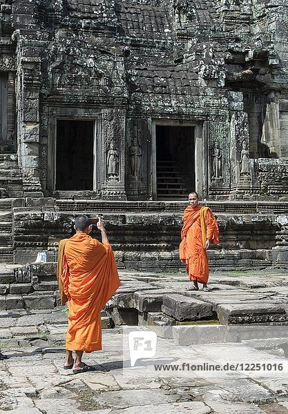 Buddhistische Mönche fotografieren mit Smartphone  Bayon-Tempel  Angkor Thom  Kambodscha  Asien
