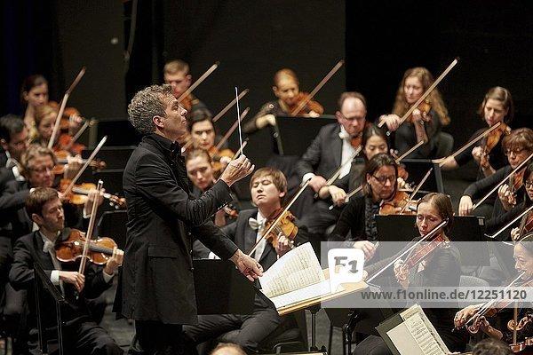 Dirigent Dirk Kaftan mit Beethoven Orchester Bonn  Musik-Institut Koblenz  Koblenz  Rheinland-Pfalz  Deutschland  Europa