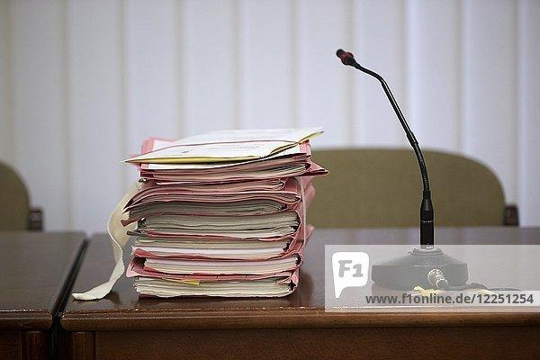 Prozess-Akten liegen auf einem Richtertisch im Gerichtssaal  Deutschland  Europa