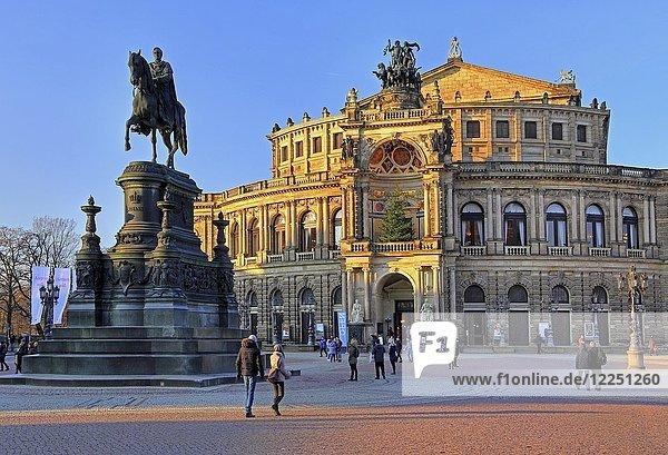 Theaterplatz mit König-Johann-Denkmal und Semperoper  Dresden  Sachsen  Deutschland  Europa