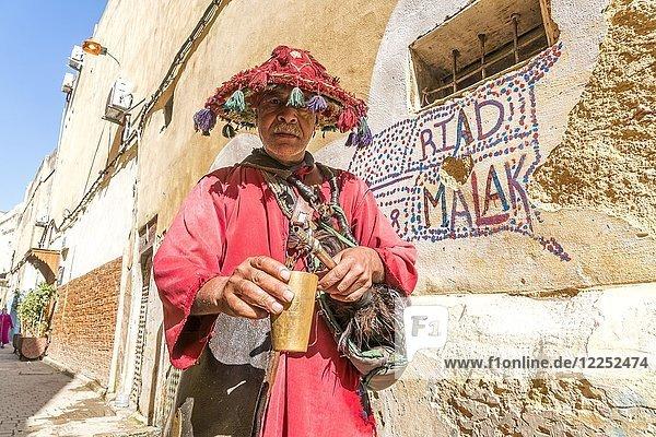 Traditioneller Wasser-Verkäufer in der Medina  Fes  Marokko  Afrika