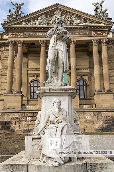Schiller-Denkmal vor der Südfassade des Hessischen Staatstheater Wiesbaden  Hessen  Deutschland  Europa