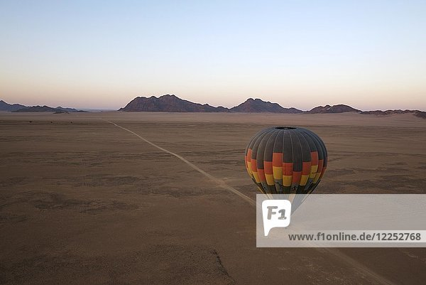 Heißluftballon ist startbereit  bei Morgengrauen  Luftaufnahme  Kulala Wilderness Reserve  Namib Wüste  Namibia  Afrika