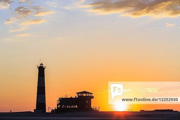 Silhouetten  Leuchtturm und Lodge bei Sonnenuntergang  Pelican Point  Walvis Bay  Region Erongo  Namibia  Afrika