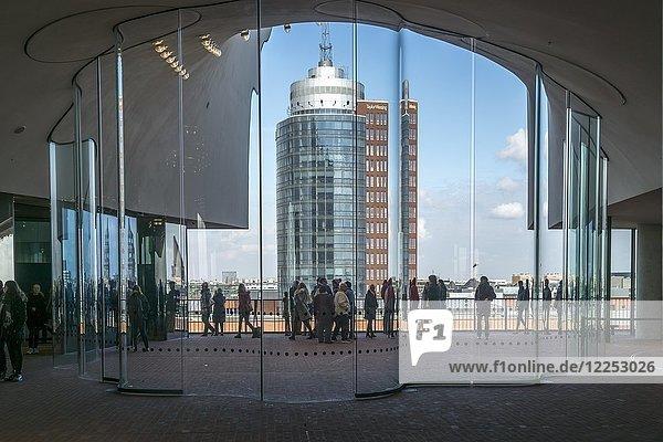 Besucher auf der Aussichtsplattform der Elbphilharmonie  Plaza mit Ausblick auf Hanseatic Trade Center  Hamburg  Deutschland  Europa