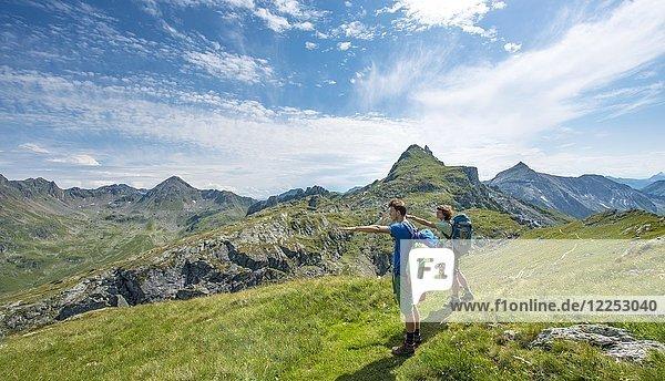 Zwei Wanderer deuten in die Ferne  Schladminger Höhenweg  Schladminger Tauern  Schladming  Steiermark  Österreich  Europa