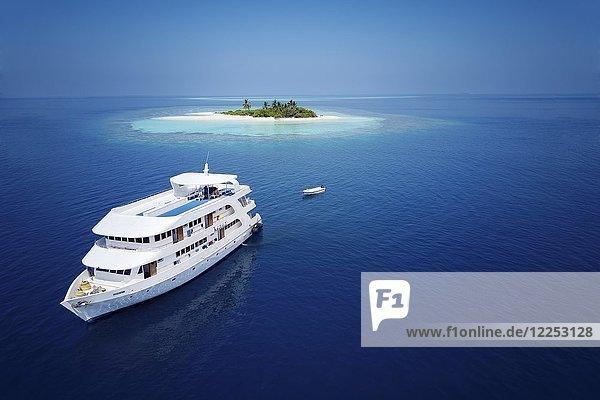 Tauchsafari-Schiff MS Keana vor unbewohnter Palmeninsel  Ari-Atoll  Indischer Ozean  Malediven  Asien