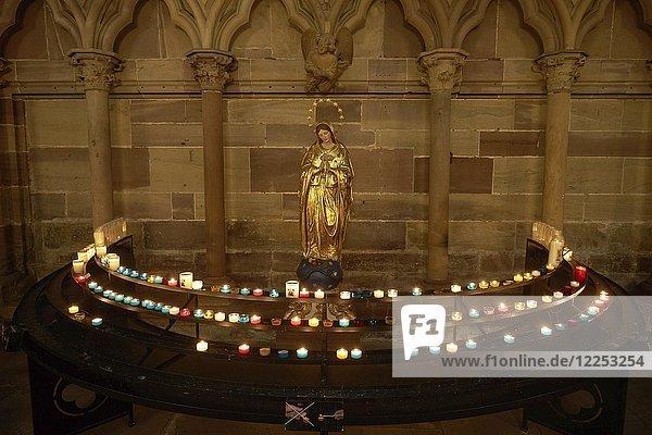 Opferstock mit Madonna  Straßburger Münster  Straßburg  Elsass  Frankreich  Europa