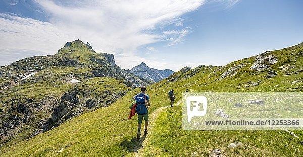 Zwei Wanderer auf Schladminger Höhenweg  Schladminger Tauern  Schladming  Steiermark  Österreich  Europa