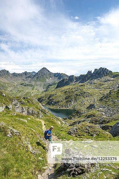 Wanderer beim Brettersee  Schladminger Höhenweg  Schladminger Tauern  Schladming  Steiermark  Österreich  Europa