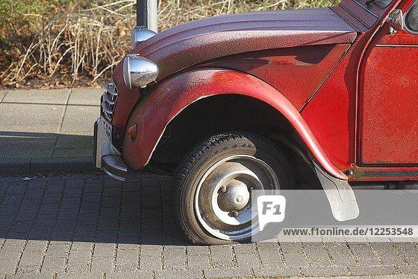 Reifenpanne an Oldtimer  Citroen 2CV Ente  Deutschland  Europa