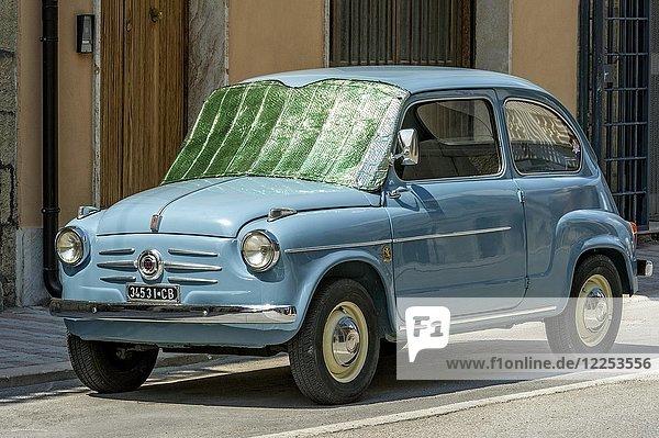 Blauer FIAT 600  Seicento  Oldtimer  mit Sonnenschutz auf Windschutzscheibe  Molise  Italien  Europa