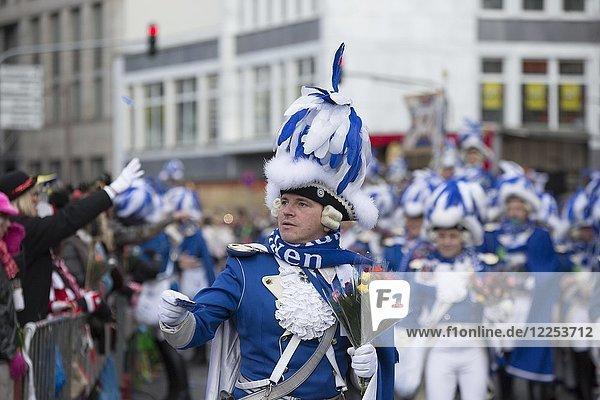 Karnevalskorps  blaue Funken  Rosenmontagszug in Köln 2018  Köln  Nordrhein-Westfalen  Deutschland  Europa