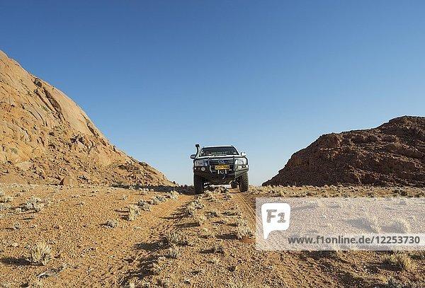Geländewagen in den Tirasbergen  südliche Namibwüste  Namtib Biosphärenreservat  Namibia  Afrika