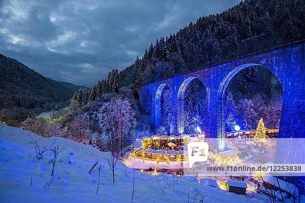 Verschneiter Weihnachtsmarkt unter einem Eisenbahn-Viadukt  illuminiert  Ravennaschlucht  Höllental bei Freiburg im Breisgau  Schwarzwald  Baden-Württemberg  Deutschland  Europa