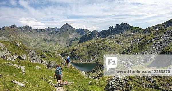 Zwei Wanderer beim Brettersee  Schladminger Höhenweg  Schladminger Tauern  Schladming  Steiermark  Österreich  Europa