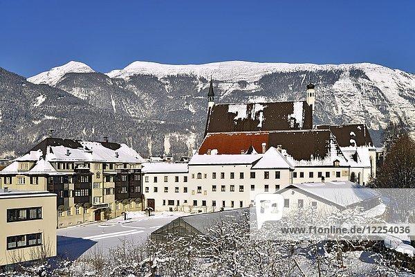 Franziskanerkloster Außenansicht im Winter  dahinter das Stanser-Joch  Schwaz  Tirol  Österreich  Europa