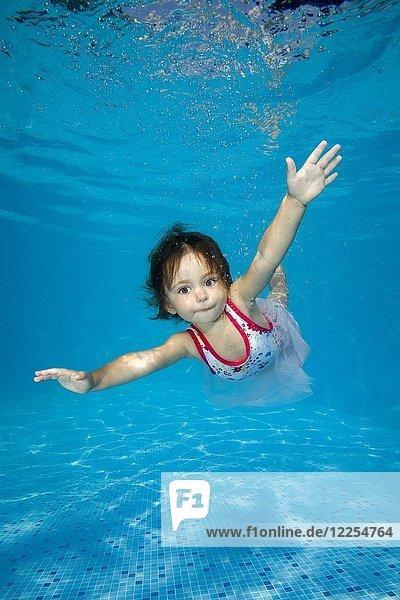 Kleines Mädchen lernt  im Pool unter Wasser zu schwimmen  Ukraine  Europa