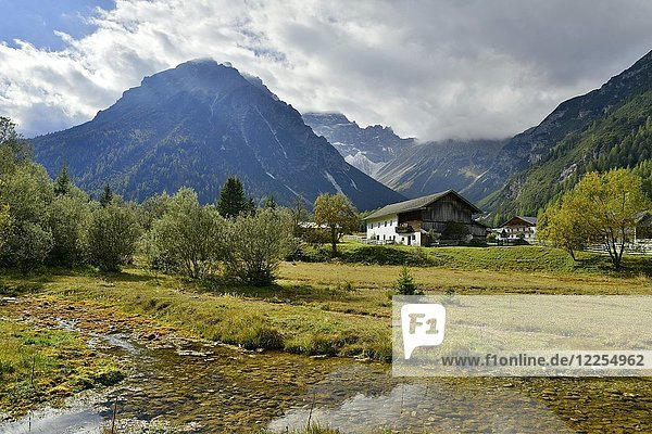 Bauernhaus im Obernbergtal  dahinter der Obernberger Tribulaun  Obernberg  Tirol  Österreich  Europa