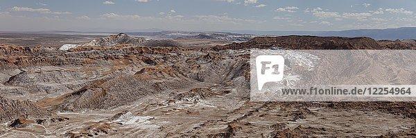 Felsformationen mit etwas Schnee  Tal Valle de la Luna  San Pedro de Atacama  Chile  Südamerika